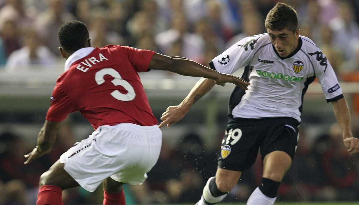 VALENCIA, SPAIN - SEPTEMBER 29: Patrice Erva of Manchester United clashes with Pablo Hernandez of Valencia during the UEFA Champions League Group C match between Valencia and Manchester United at the Mestalla Stadium on September 29, 2010 in Valencia, Spain. (Photo by John Peters/Man Utd via Getty Images)
