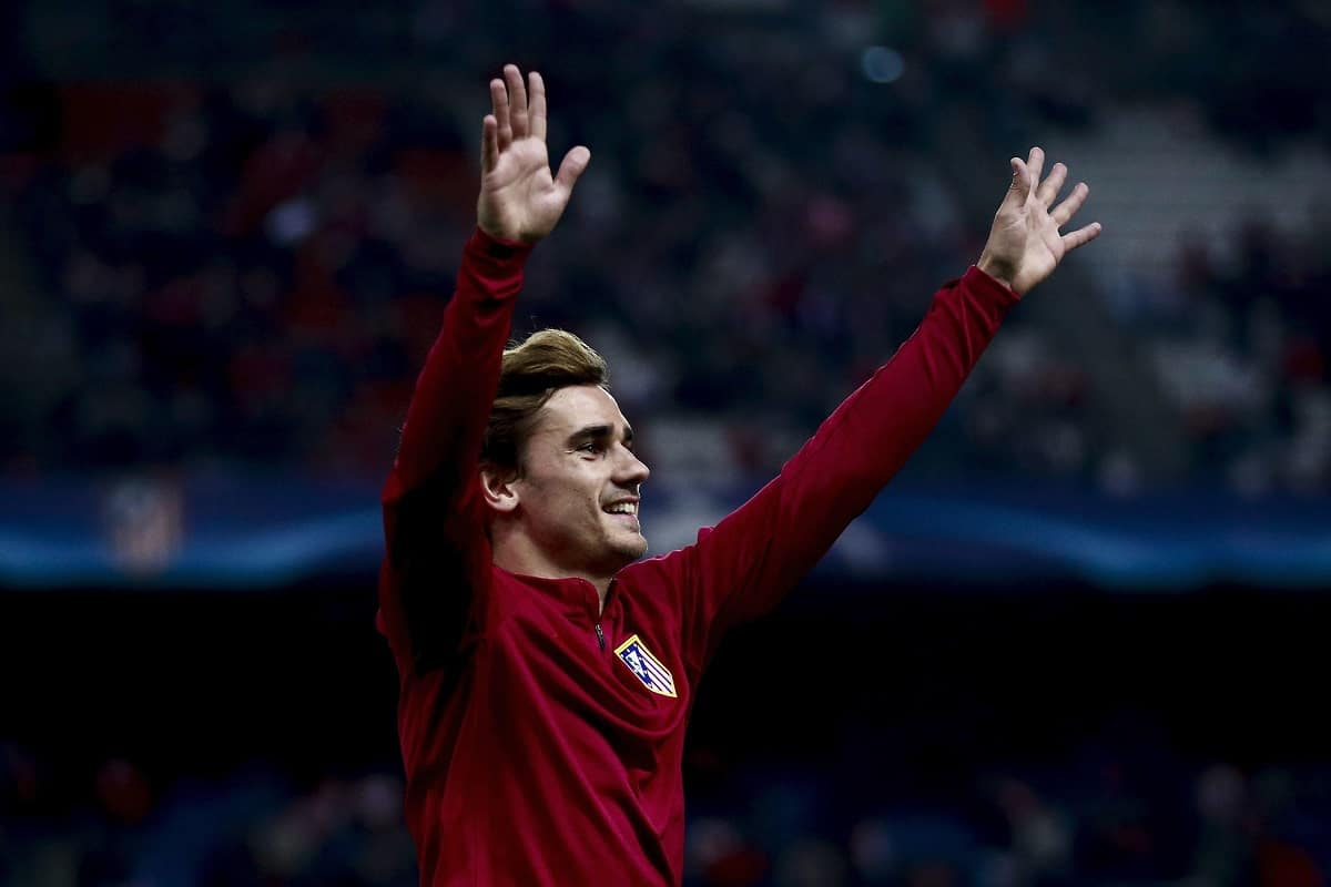 MADRID, SPAIN - NOVEMBER 01: Antoine Griezmann of Atletico de Madrid waves the audience after his warming up before the UEFA Champions League Group D match between Club Atletico de Madrid and FC Rostov at Vincente Calderon stadium on November 1, 2016 in Madrid, . (Photo by Gonzalo Arroyo Moreno/Getty Images)