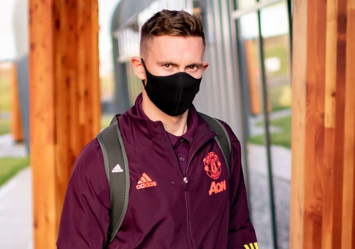 Dean Henderson of Manchester United checks in ahead of their flight to Leipzig at Manchester Airport on December 07, 2020 in Manchester, England. (Photo by Ash Donelon/Manchester United via Getty Images)