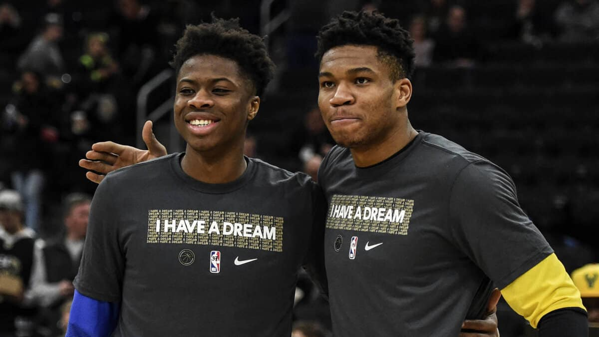 Giannis Antetokounmpo Makes Surprise Appearance During Lakers Ring Ceremony For Brother Kostas
