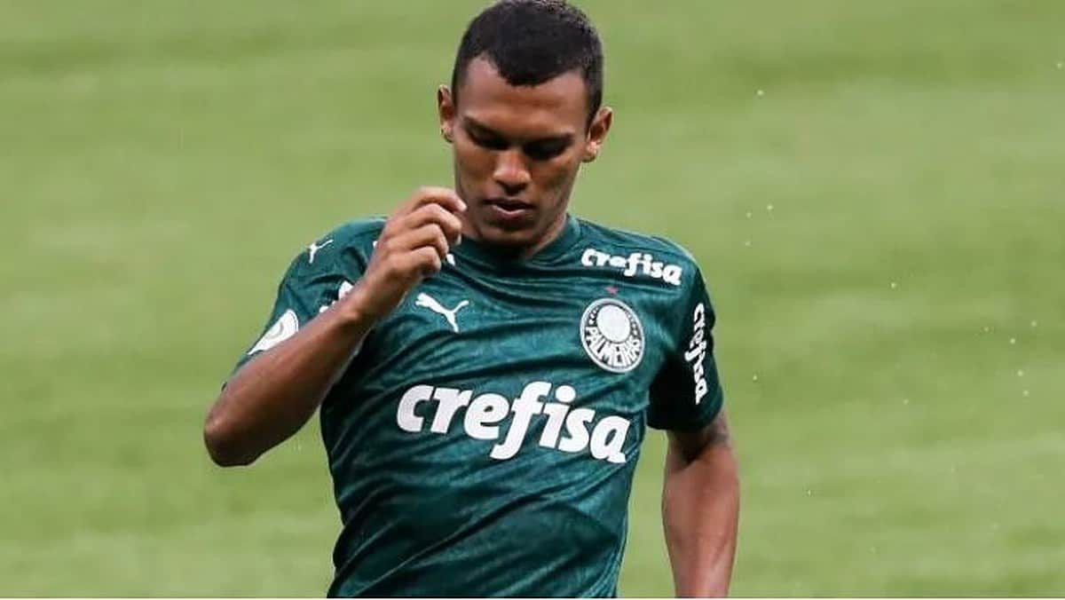 Manchester United beat Barcelona and Manchester City to sign Brazilian winger