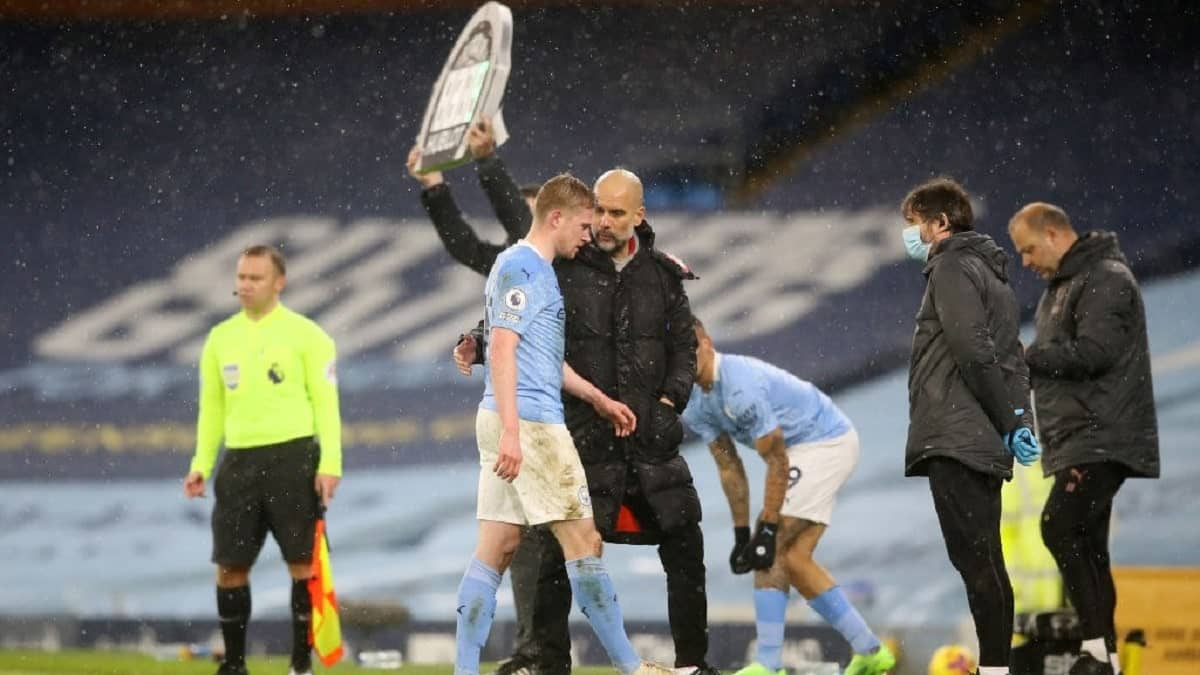 Pep Guardiola and Kevin De Bruyne during Manchester City 2-0 Aston Villa
