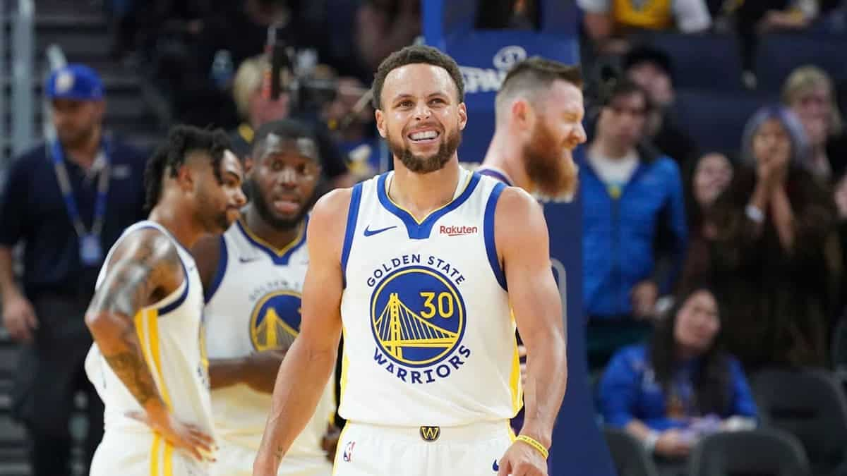 Warriors' Stephen Curry beats entire Blazers defense by himself with slick move